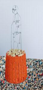 Sculpture in RVS of a man on a pedestal.